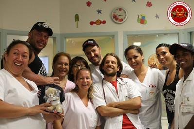 Éric Favre visite les enfants du Centre Hospitalier du Taaone