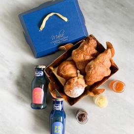 2 Croissants con farcitura a scelta tra: -cioccolato -crema -confettura di albicocca -mandorla e crema -crema e amarena  -pistacchio  1 sfogliatella frolla  1 sfogliatella riccia  2 succhi di frutta: -pera -ananas -pesca -mirtillo -pompelmo  15€