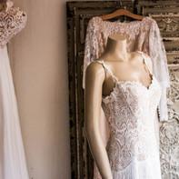 Robe de mariée sur un mannequin sans têt
