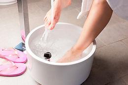 femme-ayant-bain-pieds-hydrotherapie_794