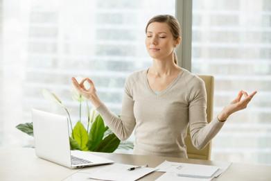 femme-affaires-calme-relaxant-gymnastiqu