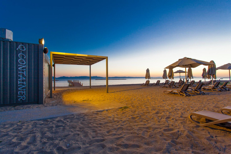32 - Beach club at night Emapark.jpg