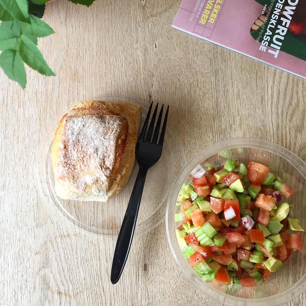 frokostsalat, lunch bowl, avocado, tomat, bladselleri, lime, olievolie