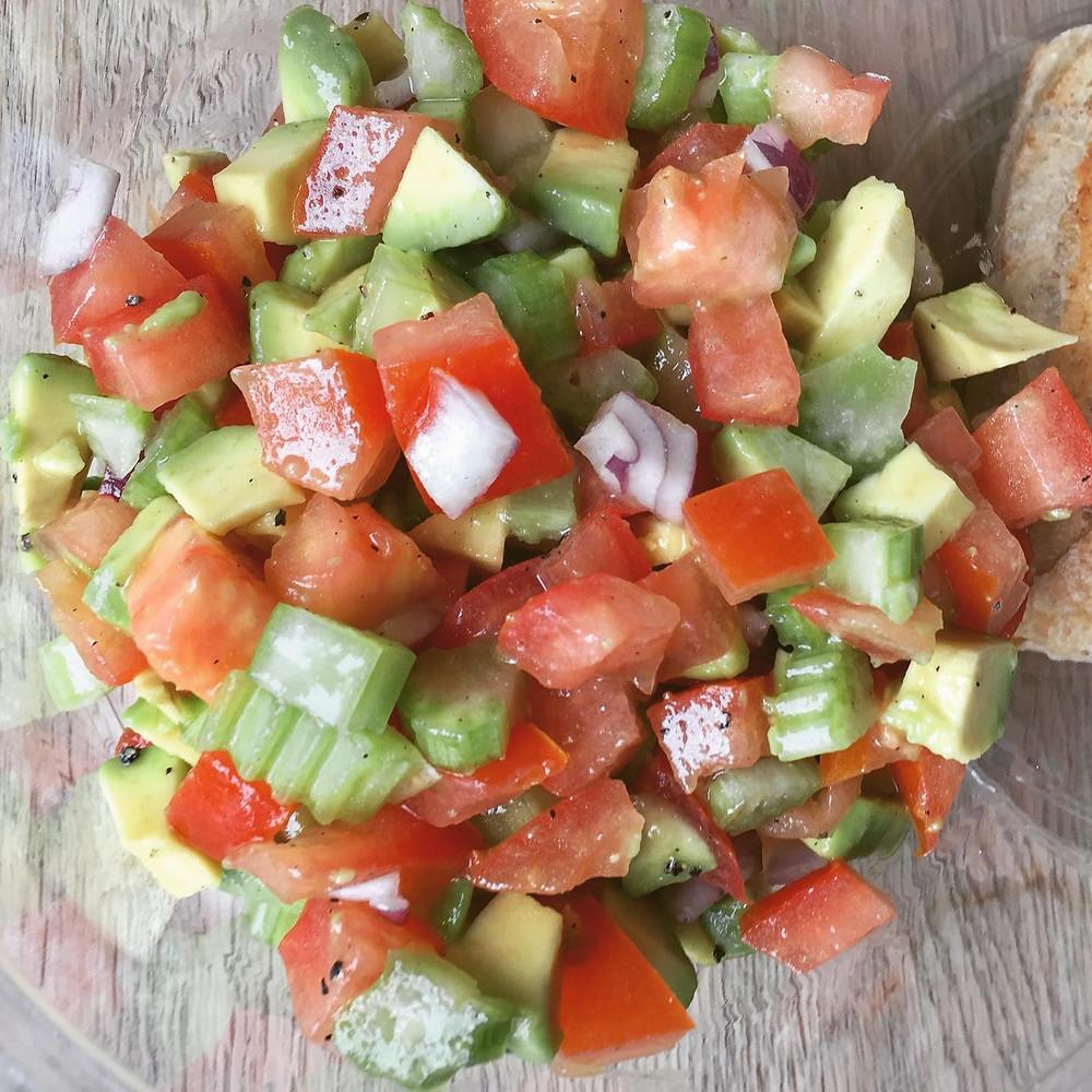 avocado, tomat, bladselleri, rødløg, olievolie, limesaft