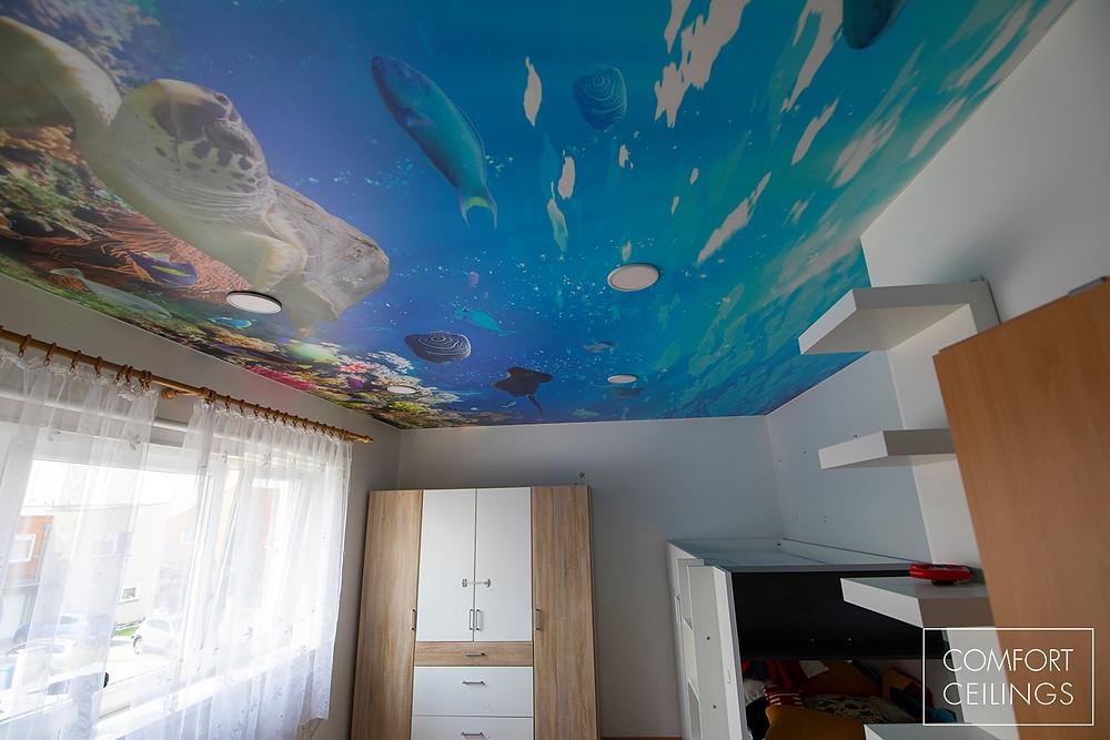 Dětský pokoj po instalaci napínaného stropu COMFORT CEILINGS