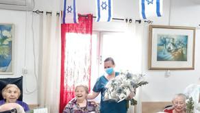 לכבוד יום העצמאות: חלוקת זרי פרחים לקשישים