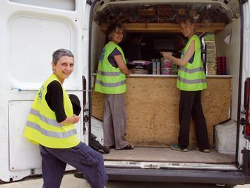 Distribution de colis alimentaires à Plazac