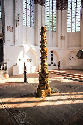 Michelle Matthews, Local Column, Site-specific, raw clay, 16' x 2', 2018. Clay Connection, MÖNCHSKIRCHE Gallery, Salzwedel, Germany.