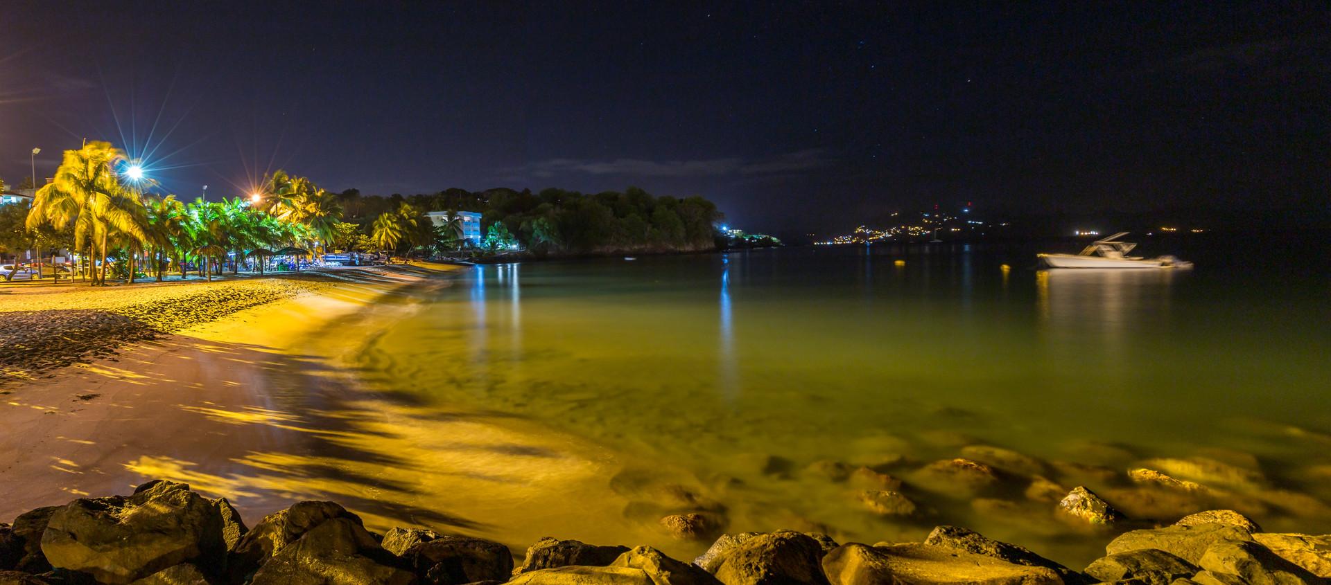 Photographie de nuit de la plage à Schoelcher