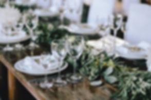 Zastawiony stół z kieliszkami