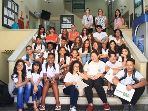 Alunos do 8° ano visitam a Câmara Municipal através de projeto da Escola do Legislativo