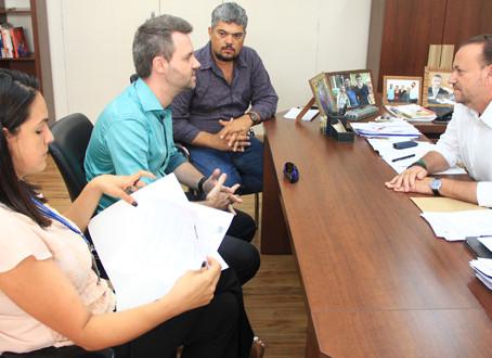 Vereador leva reivindicações da população ao prefeito