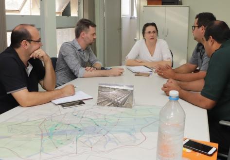 Uso de área institucional e aprovação de projetos arquitetônicos são discutidos na Prefeitura