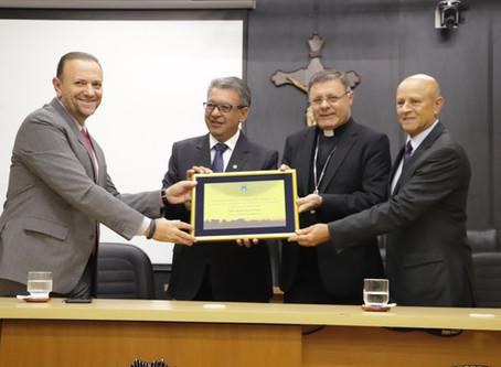 Bispo Dom Paulo Cezar Costa recebe título de Cidadão Araraquarense na Câmara Municipal