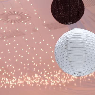 Linternas de papel y luces de hadas