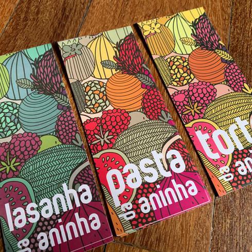 Tiras adesivas para fechar a embalagem dos produtos prontos da Aninha Gonzalez. Identidade Visual, Absolut Design