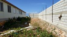 La construction du mur d'enceinte de l'école de Canaan est bien avancée!