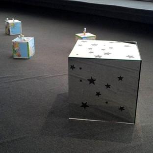 Objetos de acción performática en exposición en el MAC Niteroi.