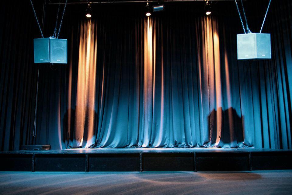 Juko Pavillon, Bühne