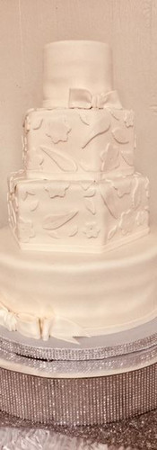 white leaf wedd cake.jpg