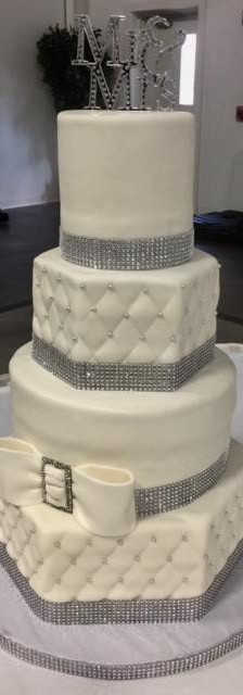 bling bow wedd cake.jpg