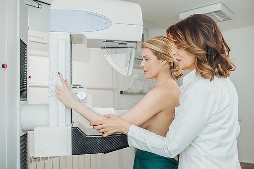 mulher-fazendo-mamografia-1539115110189_