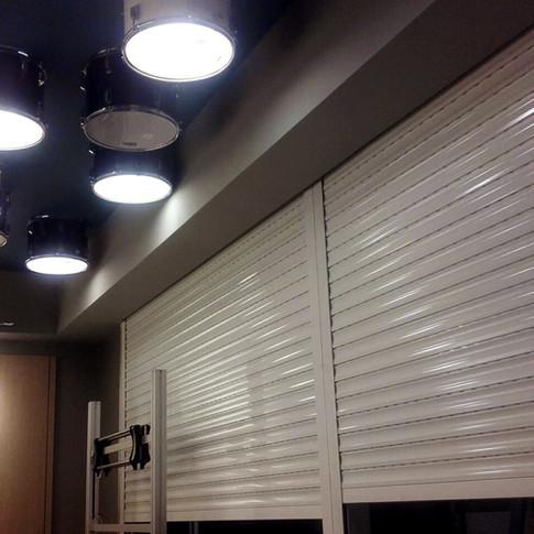 Shutter de 7.7 m2 - Lámina extruida blanca de 60mm - Sistema eléctrico con mando a distancia  Ubicación: Hard Rock Café, Punta Cana International Airport