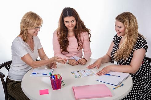 Soukromý učitel angličtiny se svými studenty při hraní edukativních her.