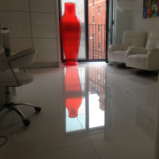 Lauzzo gloss white tiled floor