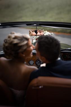 Hochzeitspaar im Rückspiegel