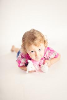 Kind mit Plüschtieren
