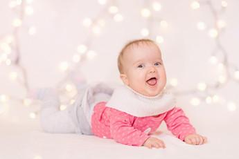 Baby mit Leuchtkette
