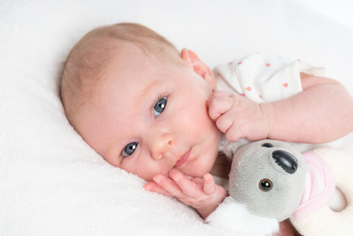 Newborn mit Plüschtier