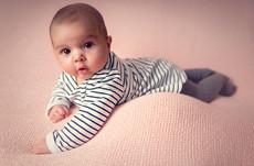 Baby auf rosa Decke