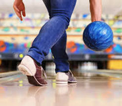 Guy preparing to release bowling ball.