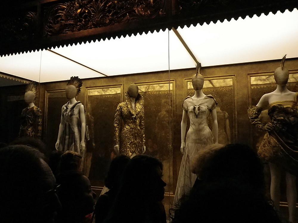 "Exposição ""Alexander McQueen: Beleza Selvagem"" no Metropolitan Museum of Art."