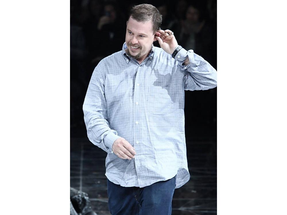 Alexander McQueen fundou sua marca em 1992, logo após se formar na Central Saint Martins.