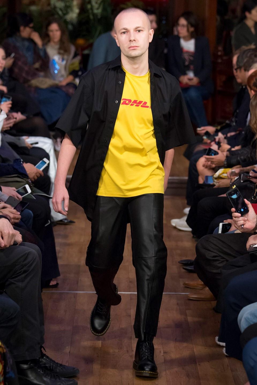 O estilistas Gosha Rubchinskiy no primeiro desfile da VETEMENTS na semana da moda de Paris com a camiseta que mudou a história da marca - Reprodução
