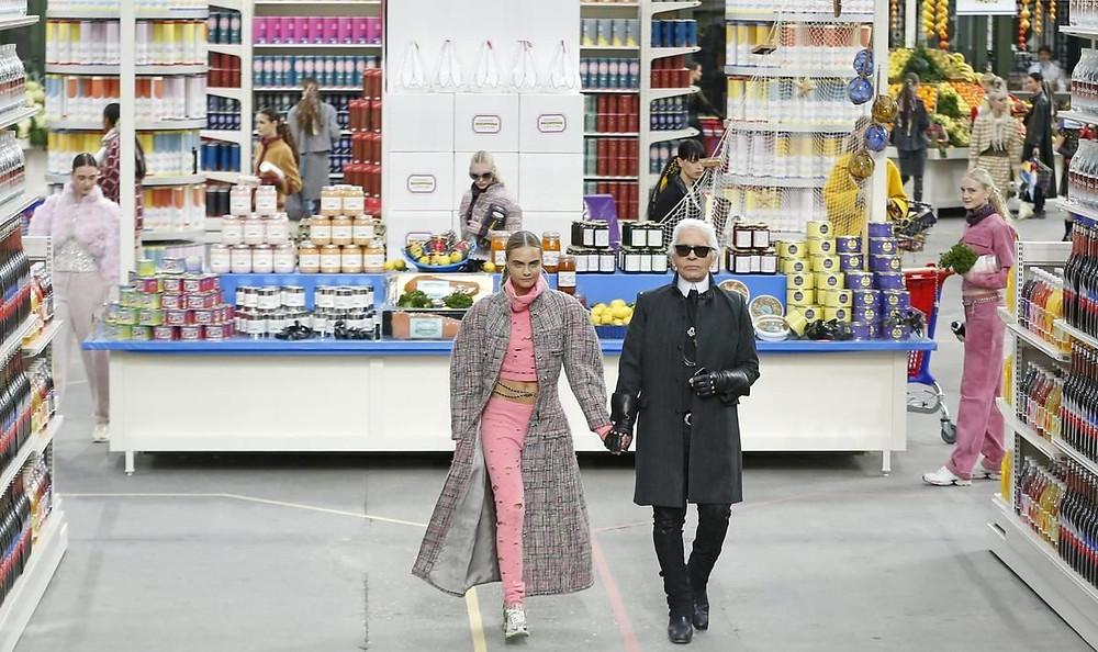 Karl Lagerfeld - ao Lado de    Cara Delevigne, em um dos desfiles mais importantes da CHANEL - Reprodução