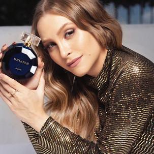 Carla Diaz surge deslumbrante e apresenta novo perfume da Jequiti