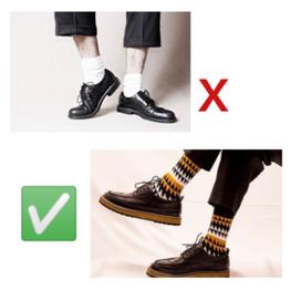 MEN: Pés, meias coloridas e o seu charme