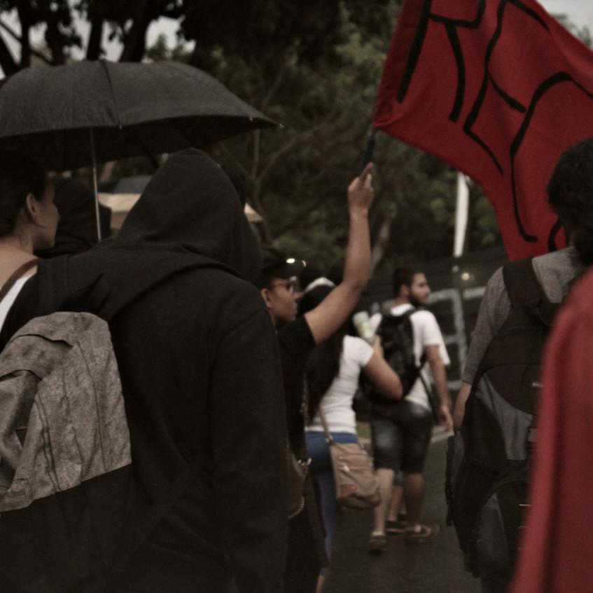 Manifestantes continuam o protesto embaixo de chuva