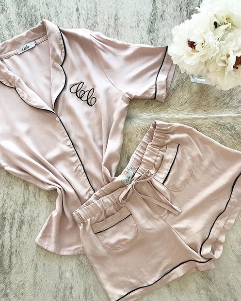0fa411367 O conjunto Bonjour pode ser personalizado em iniciais. É composto por blusa  de manga curta com abertura frontal e short com elástico na cintura.
