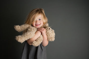 Fille et animal en peluche