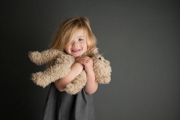 Niña y muñeco de peluche
