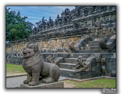 Une entrée du temple de Borobudur