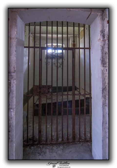 Cellule d'isolement avec son lit en bois
