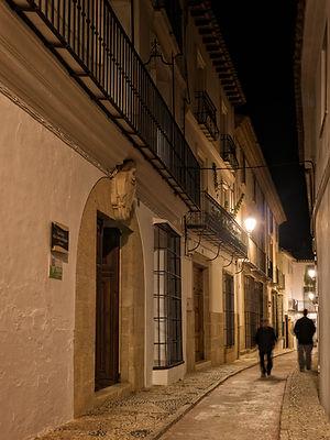 Calles estrechas y empedradas de origen medieval conforman el casco antiguo de Benissa en la Marina Alta (Alicante) España. A Photoperiplo le encanta callejear y viajar para fotografiar,nos acompañas?