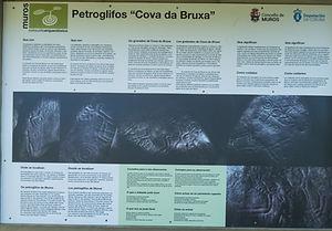 Intersante panel informativo con explicaciones a cerca de los petroglifos gallegos y más concretamente de estos da Cova da Bruxa en Serres, Muros (A Coruña)