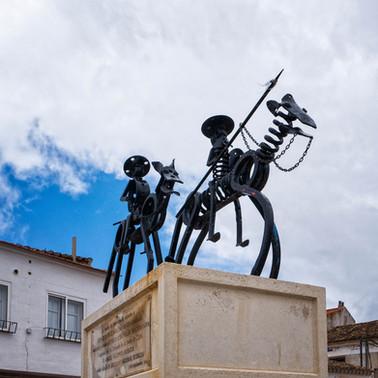 Monumento en la plaza del Ayuntamiento de Buenache de Alarcón...